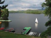 Navigation sur le lac photographie stock libre de droits