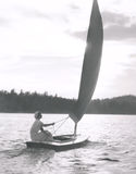 Navigation sur un lac image stock