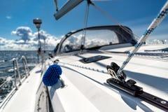 Navigation sur un yacht de navigation photo stock