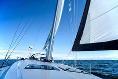 Navigation sur un yacht de navigation images stock