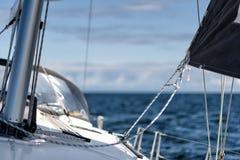 Navigation sur un yacht de navigation photographie stock libre de droits