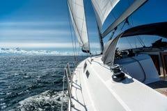 Navigation sur un yacht de navigation image stock