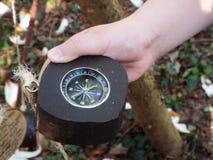 Navigations- kompass som rymms i hand royaltyfri bild
