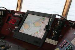Navigationsausrüstung auf Brücke Stockbilder
