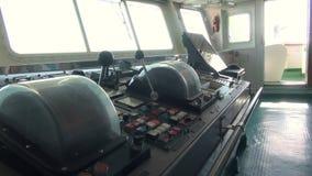 Navigationsbrücke von Schiffskapitänen drehen sich, Steuerung des Schiffs stock video footage