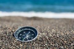 Navigationskompaß auf dem Strand, Abschluss oben, selektiver Fokus lizenzfreies stockfoto