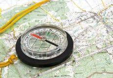 Navigationskompaß auf topographischer Karte Lizenzfreie Stockfotos