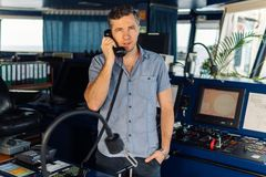 Navigationsoffizier berichtet durch VHF-Radio in Meer lizenzfreies stockfoto