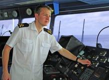 Navigationsoffizier handhabt Flugregler Stockfotos