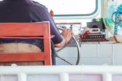 Navigatorsteuermann ist für Position der Fähre verantwortlich, indem er Lenkradhelm, sternwheel im Versuchshaus steuert stockfotos
