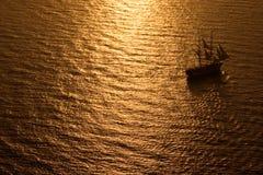 Navigazione alta della nave nel tramonto Fotografia Stock
