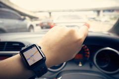 Navigazione astuta dell'orologio sulla strada nello stato di ingorgo stradale i immagini stock libere da diritti