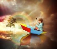 Navigazione del bambino in acqua sul crogiolo di ombrello Immagini Stock