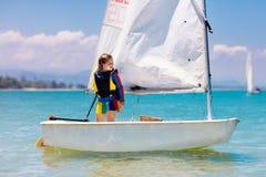 Navigazione del bambino Bambino che impara navigare sull'yacht del mare immagine stock libera da diritti