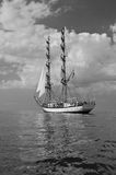 Navigazione del brigantino di Sailship sotto le vele piene Immagini Stock Libere da Diritti
