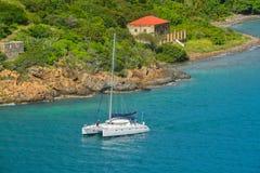 Navigazione del catamarano da Garrison House a Willoughby forte sull'isola di controversia, St Thomas U S Le Isole Vergini Fotografia Stock Libera da Diritti