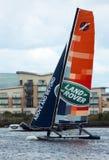 Navigazione del catamarano nella baia di Cardiff Fotografia Stock