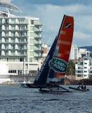 Navigazione del catamarano nella baia di Cardiff Fotografia Stock Libera da Diritti