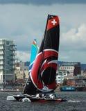 Navigazione del catamarano nella baia di Cardiff Immagini Stock