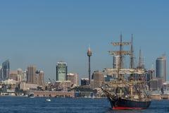 Navigazione dell'orizzonte alto di Sydney e della nave, l'Australia Immagini Stock Libere da Diritti