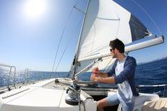 Navigazione dell'uomo con la barca fotografia stock