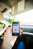 Navigazione dell'uomo dentro la direzione di iPhone di GPS dell'automobile Immagine Stock Libera da Diritti