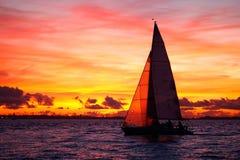 Navigazione dell'yacht al tramonto Immagine Stock