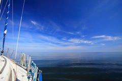 Navigazione dell'yacht della barca a vela nel mare blu. Turismo Fotografia Stock