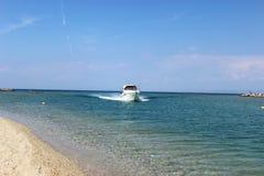 Navigazione dell'yacht nel mar Egeo Immagine Stock