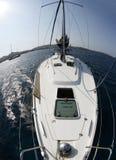 Navigazione dell'yacht nel Mar Mediterraneo Fotografie Stock Libere da Diritti