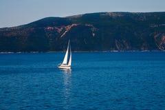 Navigazione dell'yacht nell'oceano Fotografia Stock