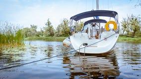 Navigazione dell'yacht su un fiume Fotografia Stock Libera da Diritti