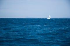 Navigazione dell'yacht sui mari aperti Immagini Stock