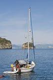 Navigazione dell'yacht in una baia dell'Oceano Pacifico fotografia stock