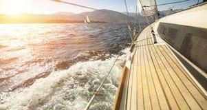 Navigazione dell'yacht verso il tramonto Sea Immagine Stock