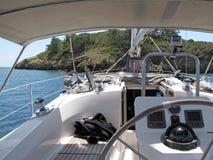 Navigazione dell'yacht vicino ad una linea costiera di un'isola Mare adriatico di area Mediterranea Riviera croato Regione dalmat Fotografie Stock