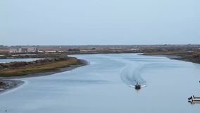 Navigazione della barca da un fiume archivi video