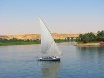Navigazione della barca di Faluca nel fiume di Nilo Fotografia Stock