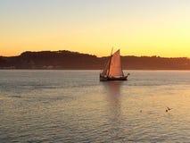 Navigazione della barca di Felluca al tramonto Immagini Stock