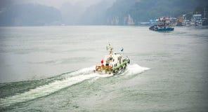 Navigazione della barca di velocità attraverso il fiume Chang Jiang Fotografia Stock