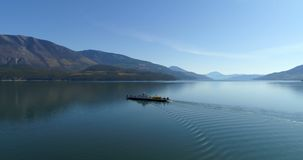 Navigazione della barca nel lago 4k stock footage