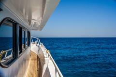 Navigazione della barca sull'oceano Immagini Stock Libere da Diritti