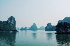 Navigazione della barca turistica attraverso la baia di lunghezza famosa dell'ha fotografia stock