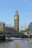 Navigazione della barca turistica sotto il ponticello di Westminster. Immagini Stock