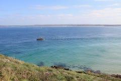 Navigazione della barca un giorno soleggiato lungo la costa in Cornovaglia, Inghilterra, Regno Unito Immagini Stock Libere da Diritti