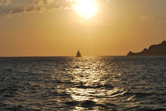 Navigazione della barca a vela al tramonto in Santorini Fotografie Stock Libere da Diritti