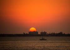 Navigazione della barca a vela alla vista sul mare di tramonto Fotografia Stock Libera da Diritti