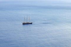 Navigazione della barca a vela con le vele chiuse Fotografie Stock Libere da Diritti