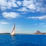 Navigazione della barca a vela di Javea in Alicante Mediterraneo Spagna Immagini Stock Libere da Diritti