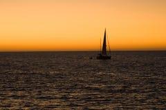 Navigazione della barca a vela durante la sera Immagine Stock Libera da Diritti